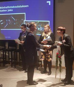 Henna Rauvola vastaanottaa projektinhallintakoulutuksen diplomin