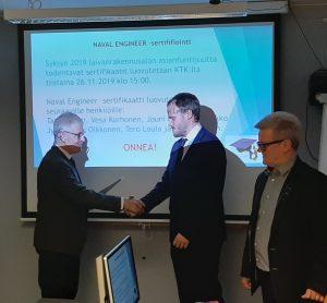 Jan Lehtinen vastaanottaa sertifikaattinsa